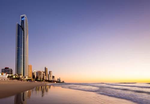 Widok przedstawia hotel Peppers Soul oraz spokojne morze przy zachodzie słońca, Australia