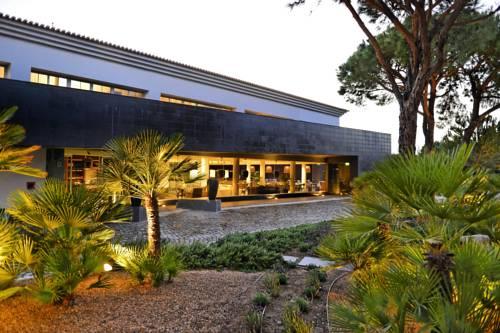 Egzotyczny widok na hol w hotelu Praia Verde Boutique Hotel, Portugalia