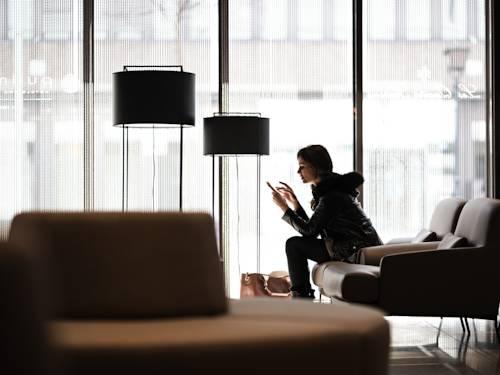 Kobieta pisząca na telefonie w pullman basel europe
