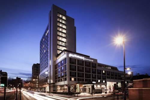 Widok na Pullman London St Pancras Hotel nocą