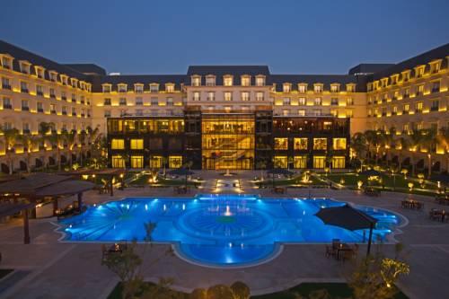 Duzy hotel renaissance cairo mirage city hotel z dużym basenem