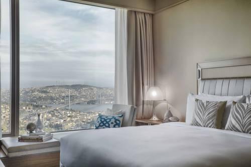 Łóżko dla dwojga z widokiem na miasto w renaissance instabul bosphorus