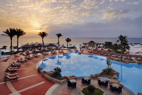Zachód słońca wraz z basenem i morzem widoczny z hotelu Renaissance Sharm El Sheikh Golden View Beach Resort, Egipt