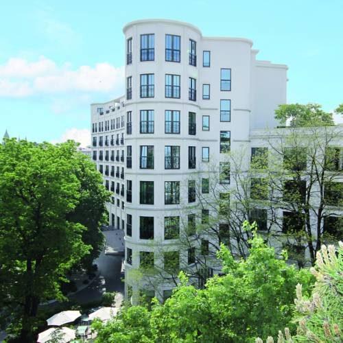 Biały budynek hotelu Rocco Forte the Charles z wieżą