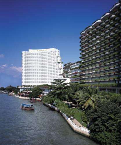 Na zdjęciu ujęty został hotel shangri w bangkoku oraz łódź