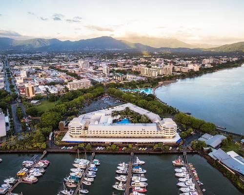 Widok z lotu ptaka na przystań ze statkami oraz hotel Shangri-La Hotel, The Marina, Cairns, Australia