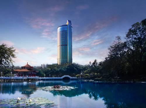 Staw w środku miasta z widokiem na Shangri las far eastern plaza hotel w Tajlandii