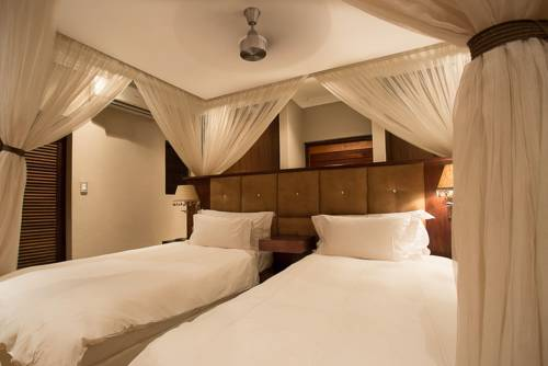 Łóżko z baldachimem w Shepherds tree Game Lodge