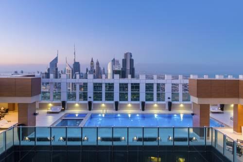 widok z balkonu na basen i miasto w sheraton grand hotel dubai