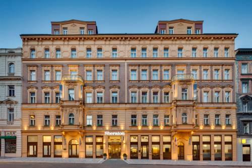 Budynek hotelu Sheraton Prague Charles Square Hotel w wieczornej odsłonie