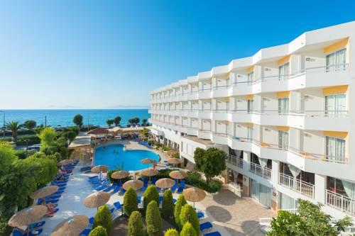 Biały budynek wraz z basenem w Sheraton Rhodes Resort