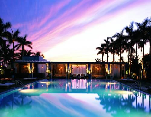 Wieczorny widok na basen i miejsce relaksu w hotelu w The Shore Club, Mamiami Beach