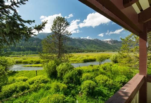Widok z tarasu na rzekę w hotelu snow king resort hotel