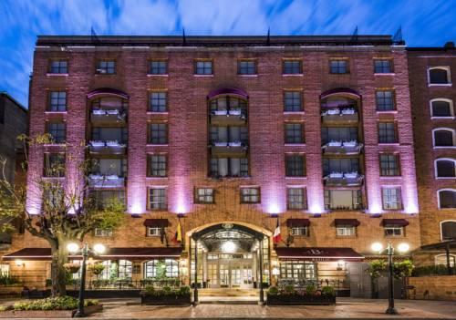 wejście do hotelu Sofitel Bogota Victoria regia oświetlone nocą