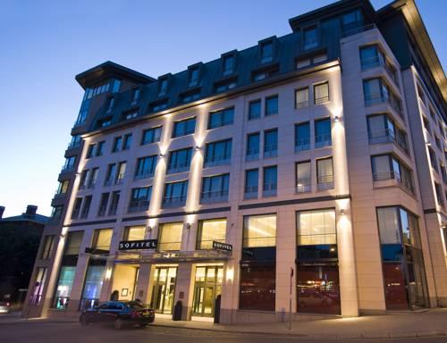 Hotel Sofitel Brussels Europe podczas zachodzącego słońca. Belgia