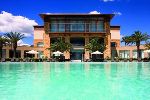 Basen wraz z krzesłami do relaksu w Hotel Sofitel La Reserva Cardales