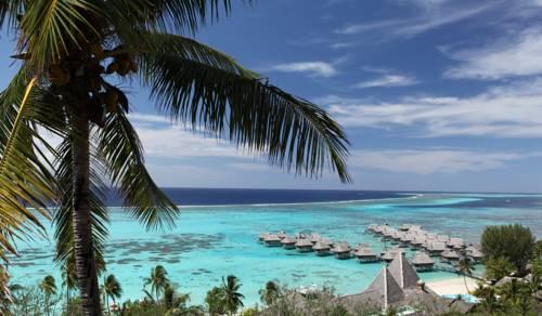 Widok na domki i morze w sofitel moorea ia ora beach resort