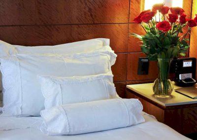 Róże w hotelowym pokoju w Sofitel rio de janeiro copacabana