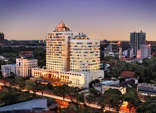 Duży budynel hotelu Sofitel Saigon Plaza