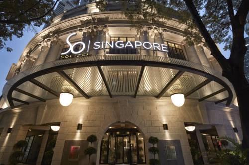 Główne wejście do świetnie oświetloneg hotelu Sofitel