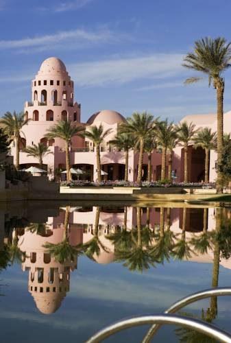 Cudowne symetryczne odbicie w wodzie hotelu Sofitel Taba Heights