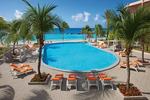 Leżaki z widokie na Sunscape Curacao resort spa casino all inclusive