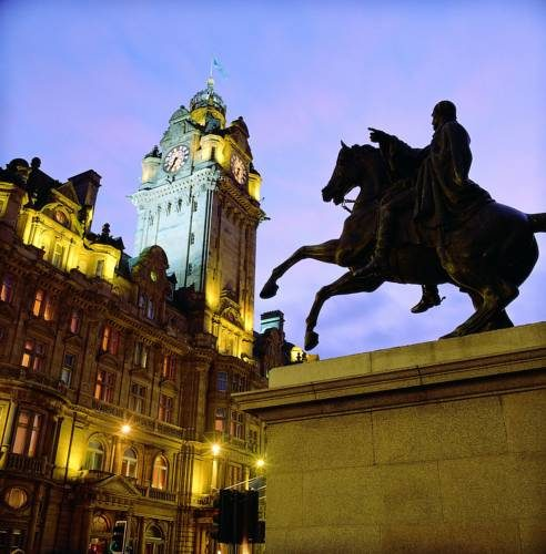 Pomnik w wskazujący na Hotel Balmoral, Wielka Brytania