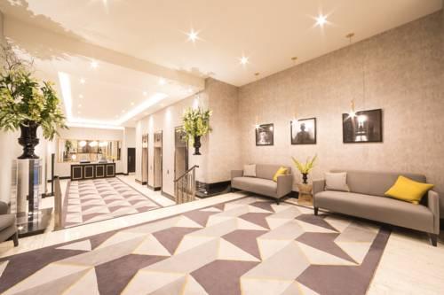 Stonowana poczekalnia w londyńskim hotelu