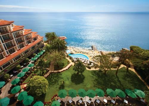 Widok z górnego piętra hotelu Hotel The Cliff Bay na basen i morze, Portugalia