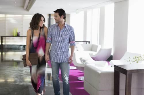 Szczęśliwa para w hotelu zmierza zwiedzać miasto