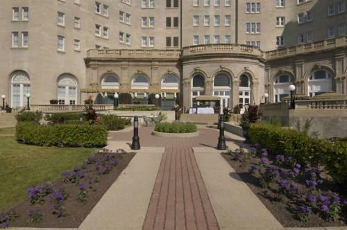Ścieżka prowadząca do the fairmont hotel macdonald