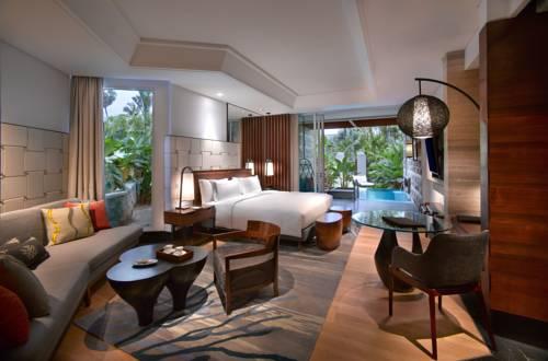 Duża sypialnia wraz z basenem w teh laguana a luxury collection resort spa