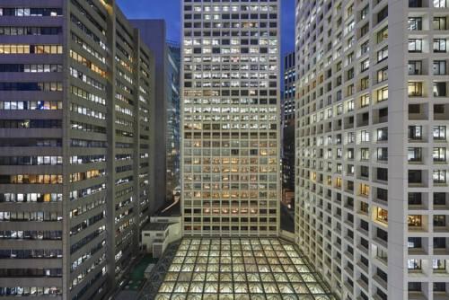 Geometryczne ułożenie wieżowców oraz hotel the landmark mandarin oriental w kong kongu