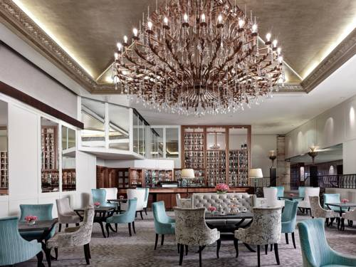 Barek i miejsce jadalne w hotelu the langham auckland