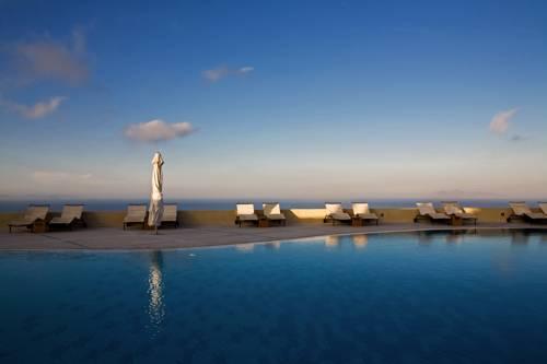 Spokojny widok na basen i leżaki w the majestic hotel