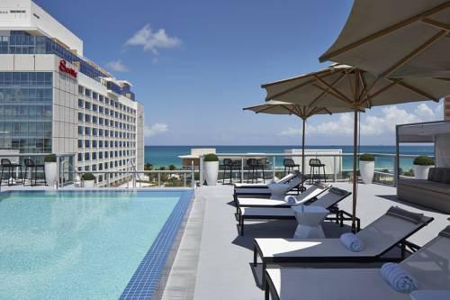 Komplek z basenem hotel The Miami Beach EDITION i widok na ocean z tarasu, Stany Zjednoczone