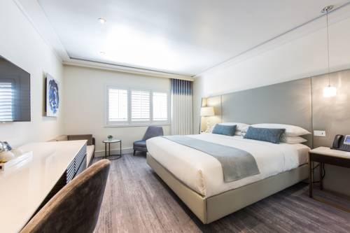 pokój hotelowy utrzymany w białej tonacji