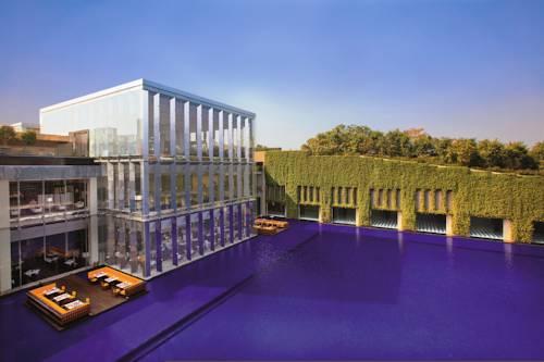 Kompleks wypoczynkowy razem z basene w Hotelu The Oberoi, Gurgaon, Indie