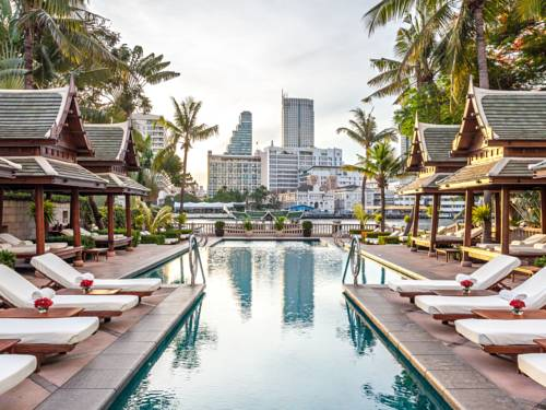 Basen z widokiem na wieżowce w the peninsula bangkok
