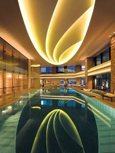 Basen wewnątrz hotelu The Peninsula w Tokyo