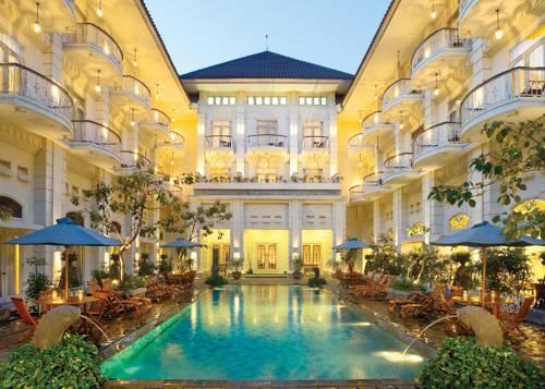 Basen w hotelu The Phoenix hotel yogyakarta mgallery nocną porą