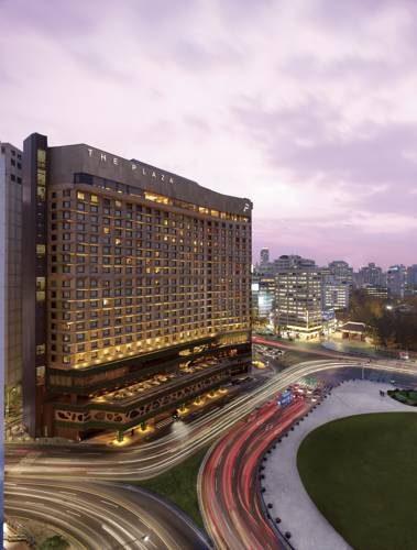 Hotel the plaza przy głównej ulicy