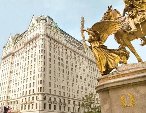 Rzeźba oraz pokaźny budynek the plaza hotel