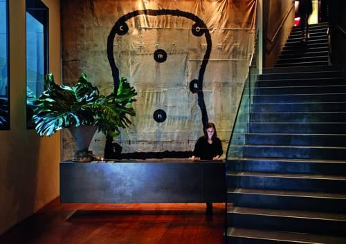 Recepcja oraz schody w Hotelu The Prince