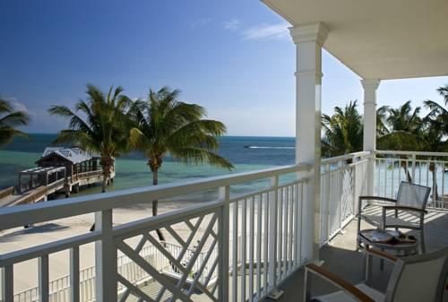 Widok z tarasu na morze i palmy z hotelu The Reach Key West, A Waldorf Astoria Resort, Stany zjednoczone