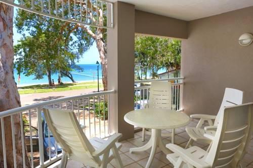 Taras z białymi krzesłami i widokiem na morze