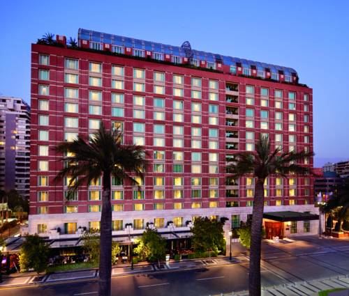 Czerwony budynek hoteli the ritz carlton santiago