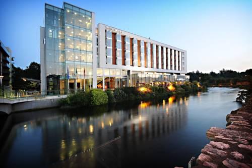Widok na The River Lee Hotel z drugiej strony rzeki