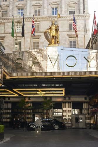 Główne wejście z flagami hotelu Savoy