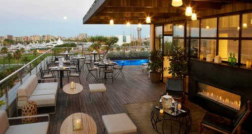 Taras z basene w hotelu The Serras Hotel Barcelona, Hiszpania